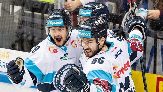 Hokejisté Liberce (zleva): Libor Hudáček, Radovan Lenc a Michal Birner oslavují vítězný gól proti Spartě.