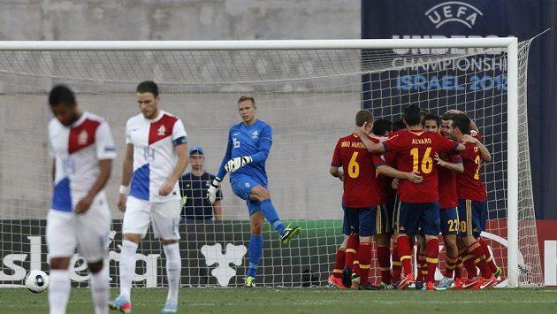 Fotbalisté Španělska se radují ze vstřelení gólu proti Nizozemsku.