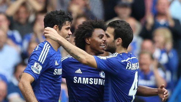 Fotbalisté Chelsea Diego Costa (vlevo), Willian (uprostřed) a Cesc Fábregas se radují z gólu do sítě Aston Villy.