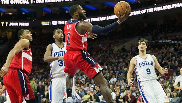 Basketbalista Washingtonu John Wall (č. 2) dává koš v zápase s Philadelphií.