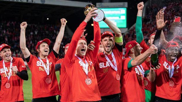 Fotbalisté Slavie Praha (zleva): Lukáš Masopust, Ondřej Kúdela, Milan Škoda, Tomáš Souček, Vladimír Coufal a Ibrahim Traoré s trofejí po utkání finále MOL Cupu.