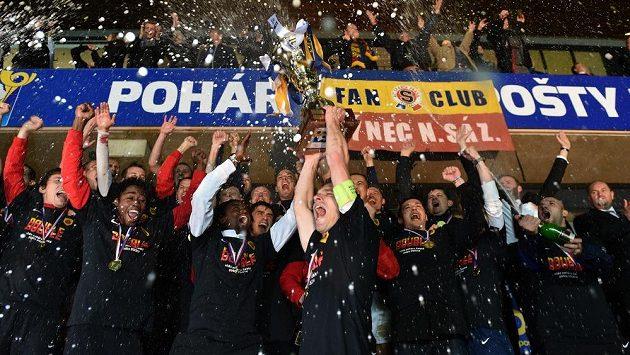 Fotbalisté Sparty oslavují vítězství v Poháru České pošty, trofej v rukou kapitána Davida Lafaty.