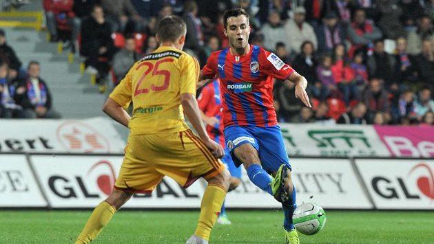 Plzeňský Martin Pospíšil proti Luboši Kaloudovi z Dukly v utkání 9. kola Gambrinus ligy.