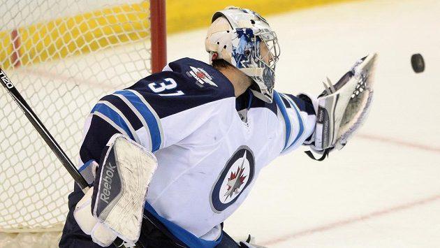 Ondřej Pavelec byl oporou Winnipegu v utkání se St. Louis. Podruhé v řadě neinkasoval.