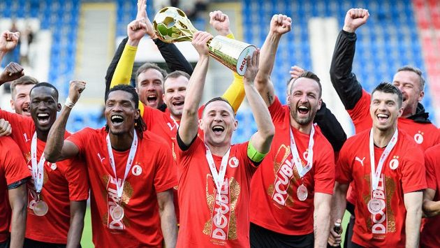 Kapitán Slavie Jan Bořil třímá trofej za vítězství v MOL Cupu.