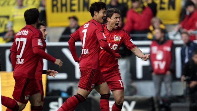 Záložník Leverkusenu Karim Bellarabi (zcela vpravo) slaví se spoluhráči gól na hřišti Dortmundu.