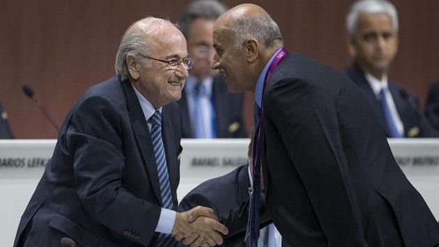 President FIFA Sepp Blatter (vlevo) na kongresu Mezinárodní fotbalové federace, kde obhájil svůj mandát.