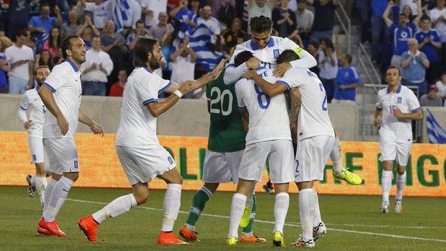 Řečtí fotbalisté se radují z úspěšného zásahu v utkání s Bolívií.