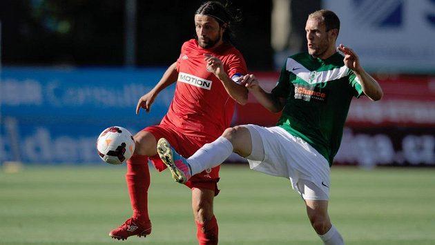 Michal Hubník (vpravo) z Jablonce bojuje o míč s Pavlem Zavadilem z Brna.