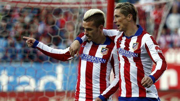 Fotbalisté Atlétika Madrid Antoine Griezmann (vlevo) a Fernando Torres slaví vstřelený gól.