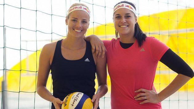 Plážové volejbalistky Markéta Sluková (vlevo) a Barbora Hermannová se v Číně nepředstaví.