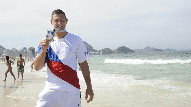 Český judista Lukáš Krpálek pózuje s bronzovou medailí na brazilské pláži Copacabana.