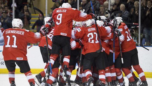 Hokejisté Švýcarska oslavují senzační postup do semifinále juniorského MS.
