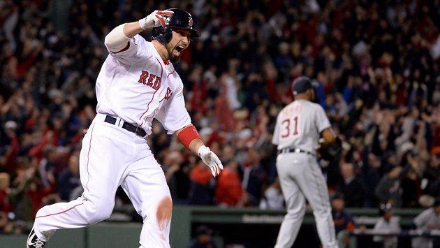 Baseballista Shane Victorino z Red Sox se raduje ze svého grand slamu.
