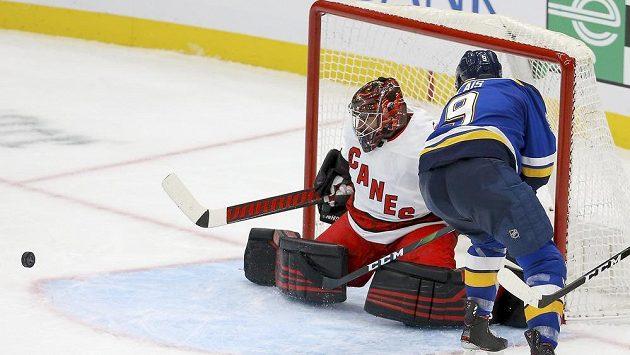 Brankář Caroliny Hurricanes Petr Mrázek (34) inkasoval na ledě St. Louis šest gólů.