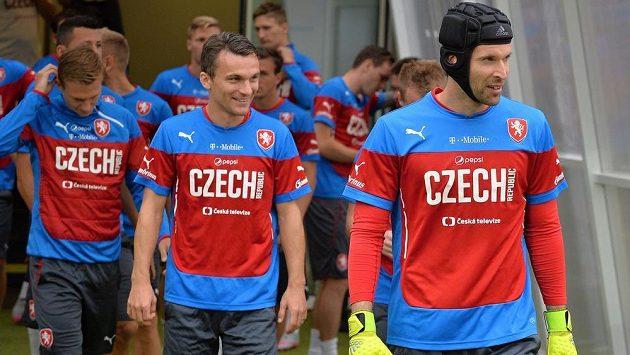Čeští fotbaloví reprezentanti během na zápas s Kazachstánemi. Vpravo je Petr Čech, vedle něj David Lafata.