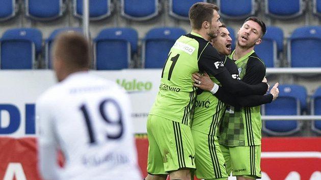 Hráči Boleslavi se radují z gólu proti Slovácku.