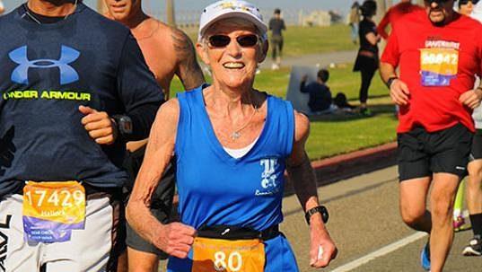 Anne Garrettová, osmdesátiletá běžkyně, která běží a běží.