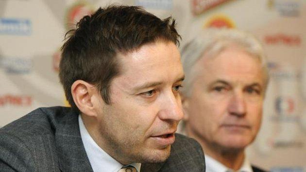 Zleva předseda Ligové fotbalové asociace (LFA) Dušan Svoboda a ředitel Oddělení profesionálního fotbalu FAČR Ivo Lubas
