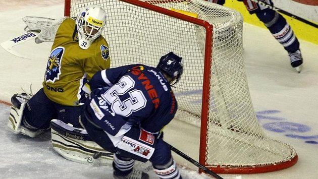 Tomáš Pospíšil (v modrém dresu) z Liberce se snaží překonat kladenského brankáře Jana Cháberu.