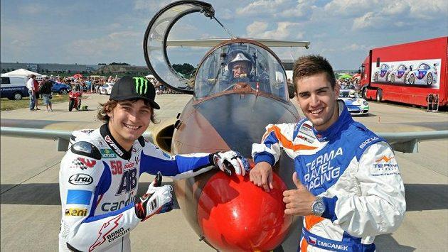 Karel Abraham (vlevo) a automobilový závodník Tomáš Mičánek, v letounu pilot Pavel Veselý