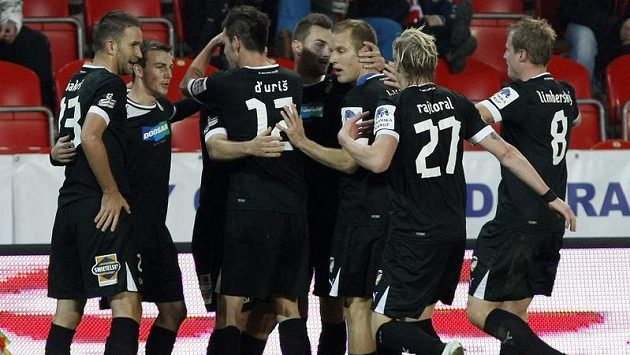 Plzeňští fotbalisté se radují z branky proti Slavii.