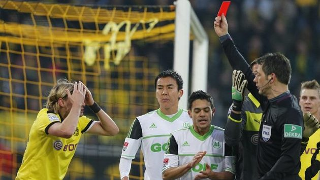 Sudí Wolfgang Stark ukazuje červenou kartu Marcelovi Schmelzerovi z Borussie Dortmund (vlevo).