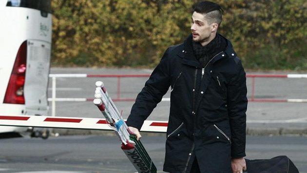 Brankář Alexander Salák jde na trénink hokejové reprezentace.