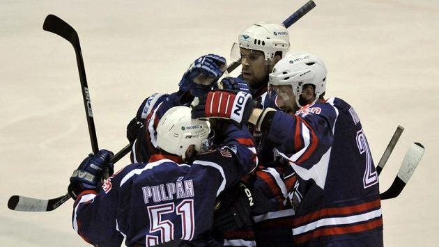 Hokejisté Chomutova se radují z výhry v semifinále první ligy.