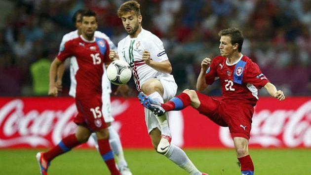 Vladimír Darida (vpravo) bojuje o míč s Portugalcem Miguelem Velosem