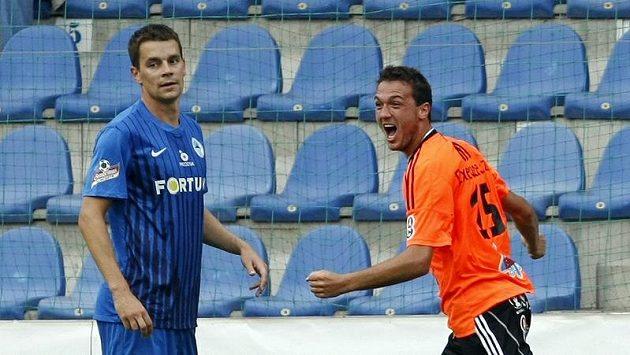 Olomoucký Martin Doležal (vpravo) se raduje z gólu, který vstřelil do liberecké sítě.