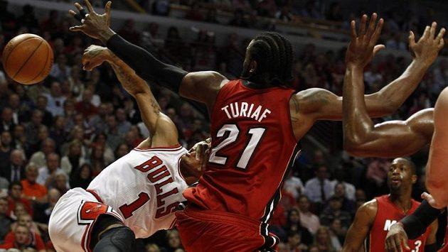 Chicago zvítězilo i přes špatný výkon hvězdy Derricka Roseho (vlevo).