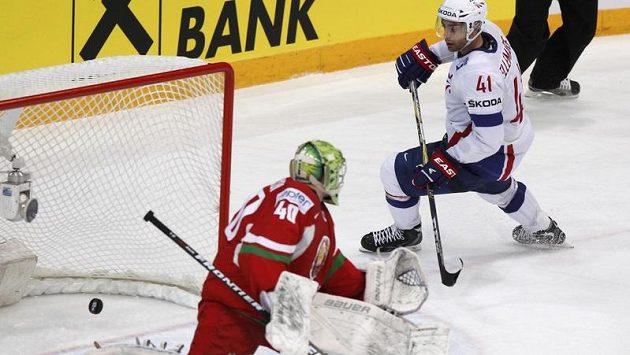 Francouz Pierre-Edouard Bellemare sleduje překonaného gólmana Běloruska Dmitrije Milchakova.