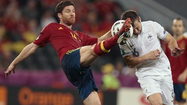 Tvrdý souboj mezi Xabim Alonsem (vlevo) a Francouzem Yohanem Cabayem