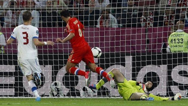 Roman Širokov střílí gól Petru Čechovi.