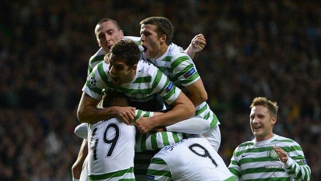 Fotbalisté Celtiku Glasgow se radují z branky v utkání proti švédskému Helsingborgu.