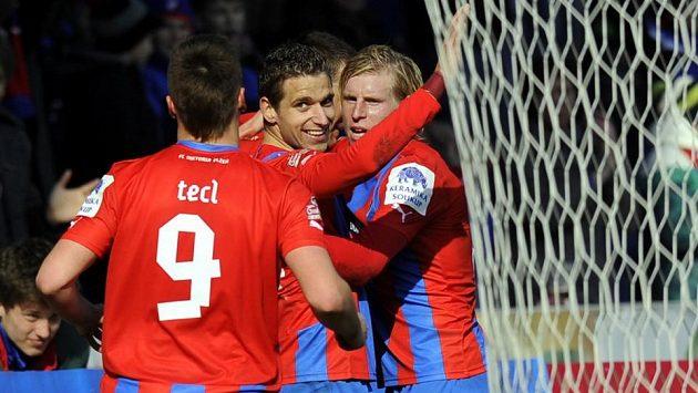 Plzeňští hráči se radují z gólu proti Teplicím.