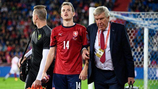 Jakub Jankto (uprostřed) v péči lékaře reprezentace Petra Krejčího během utkání kvalifikace MS 2022.