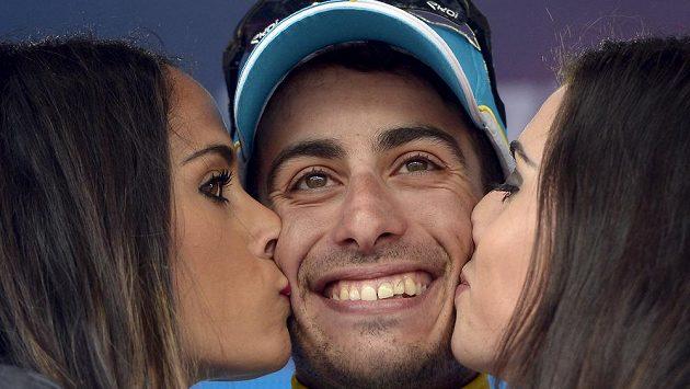 Cyklista stáje Astana Fabio Aru dostává polibky po triumfu v poslední horské etapě letošního Gira.
