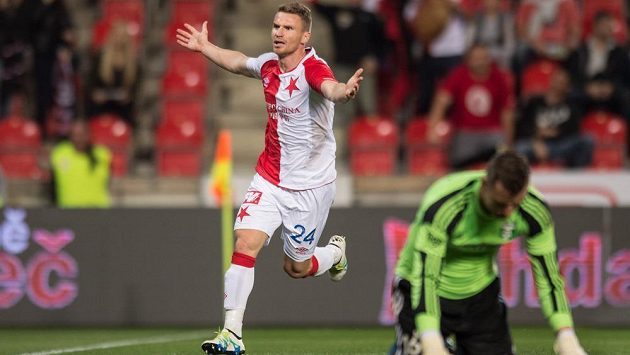 Brankář Jan Laštůvka na kolenou, zatímco útočník Muris Mešanovič po svém gólu v extázi. Slavia na podzim jeho gólem porazila Karvinou 1:0.