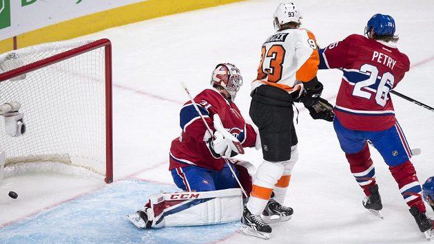 Útočník Philadelphie Jakub Voráček (uprostřed) překonává brankáře Montrealu Careyho Price. Vpravo je obránce Canadiens Jeff Petry.