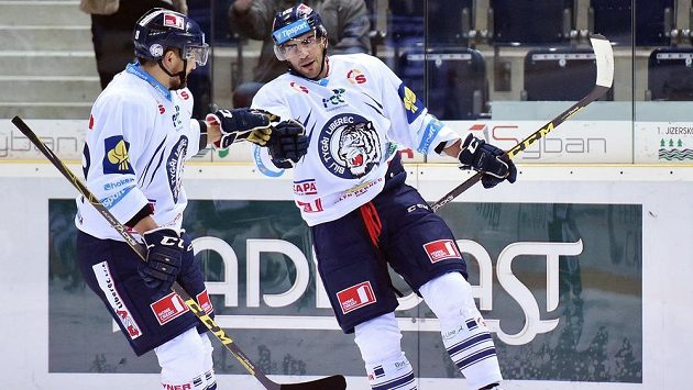 Liberečtí útočníci Petr Jelínek (vpravo) a Lukáš Krenželok se radují z gólu proti Vítkovicím v dohrávce 12. kola Tipsport extraligy.