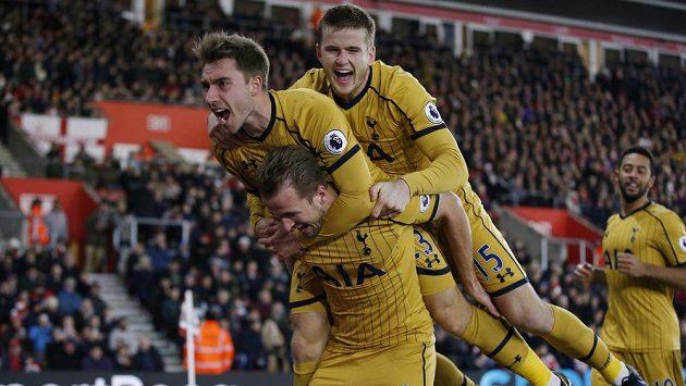 Kanonýr Tottenhamu Harry Kane (dole) oslavuje gól proti Southamptonu se spoluhráči Ericem Dierem a Christianem Eriksenem.