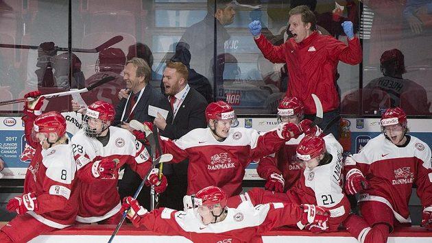 Dánští hokejisté slaví na juniorském MS vítězství nad Finskem.