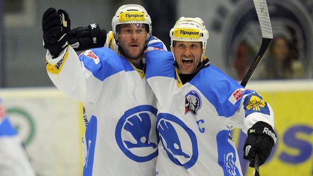 Martin Straka (vpravo) a Tomáš Vlasák z Plzně se radují z gólu proti Vítkovicím.