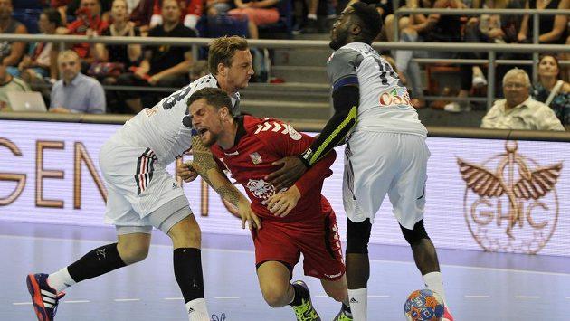 Český házenkář Ondřej Zdráhala (uprostřed) se snaží probít přes dvojblok bránících francouzských hráčů. Vlevo je Daniel Narcisse, vpravo Luc Abalo.