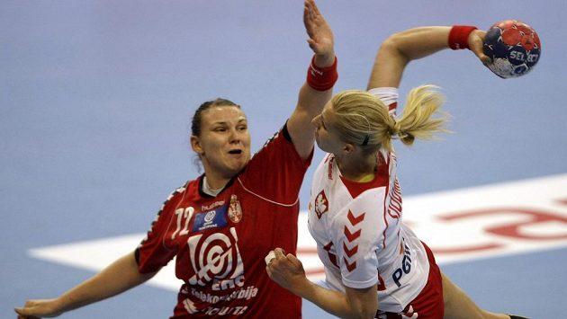 Srbská házenkářka Dragana Cvijičová (vlevo) se snaží zblokovat střelu Karoliny Siodmiakové z Polska v semifinále MS.