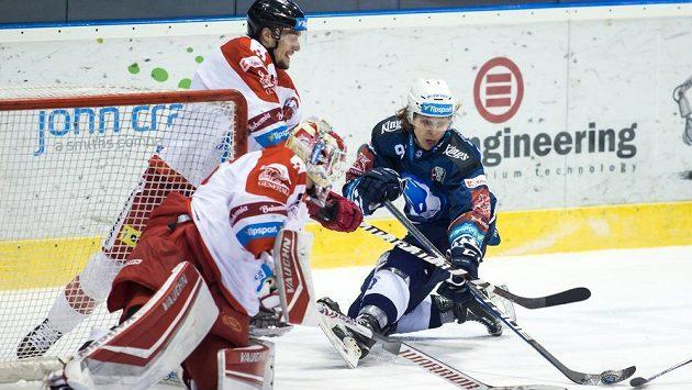 Matyáš Kantner z Plzně (vpravo) v akci před olomouckou brankou během utkání hokejové extraligy.