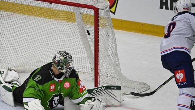 Garrett Roe z Curychu střílí jediný gól zápasu, brankář Gašper Krošelj z Mladé Boleslavi už zasáhnout nestačil.