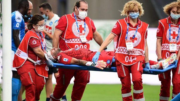 Bývalý parťák Petra Čecha z Arsenalu, gólman David Ospina, nedochytal kvůli hororovému zranění zápas italské fotbalové ligy mezi Atalantou Bergamo a Neapolí.